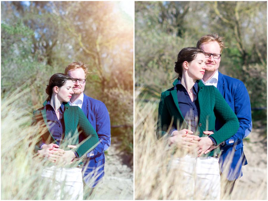 portraitaufnahme-paar-steht-in-duenen-umarmt-sich-eng-und-kuschelt-engagementshooting-ostsee-shooting-am-strand-paarshooting-paarfotografie-fotograf-warnemünde-fotograf-rostock