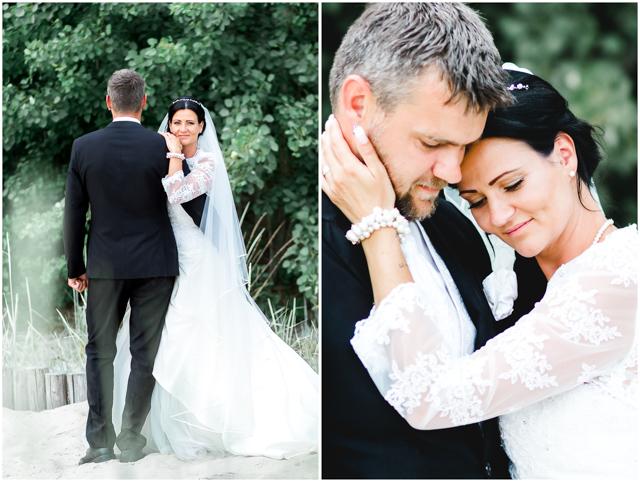 Braut & Bräutigam stehen verliebt zusammen am Strand von Altefähr - Hochzeitsfotografie in Altefähr - Hochzeitsfotograf_Ruegen_Stralsund