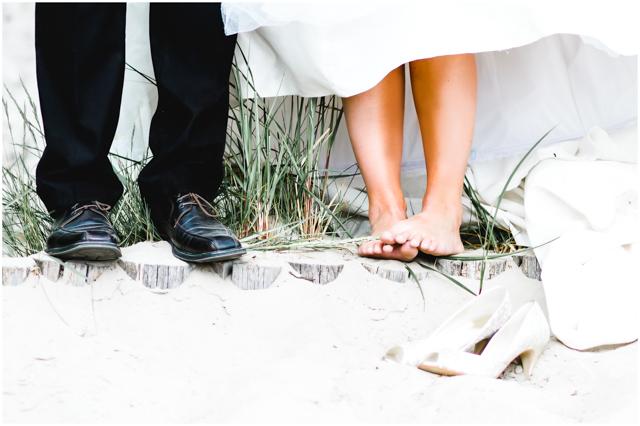 Füße vom Hochzeitspaar, Braut trägt keine Schuhe, Schuhe stehen im Sand - Hochzeitsfotografie in Altefähr - Hochzeitsfotograf_Ruegen_Stralsund