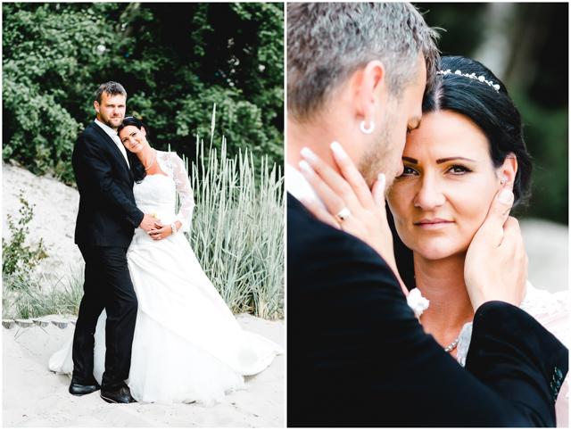 Hochzeitspaar steht verliebt zusammen am Strand von Altefähr - Hochzeitsfotografie in Altefähr - Hochzeitsfotograf_Ruegen_Stralsund