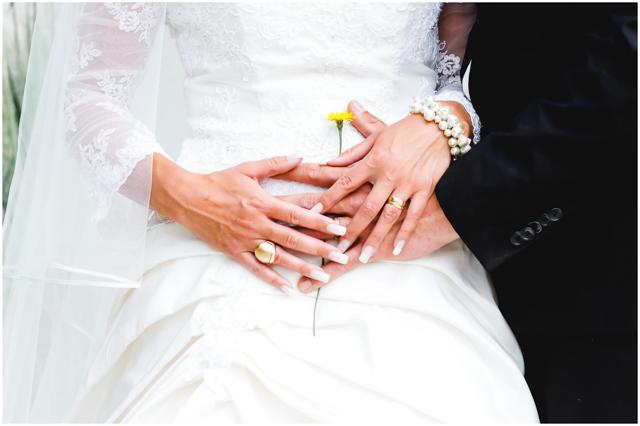Bräutigam legt eine Blume auf den Bauch der Braut - Hochzeitsfotografie in Altefähr - Hochzeitsfotograf_Ruegen_Stralsund