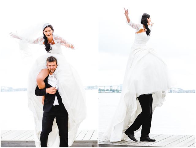Bräutigam trägt Braut auf den Schultern, Hochzeitspaar am Strand Altefähr hat Spaß - Hochzeitsfotografie in Altefähr - Hochzeitsfotograf_Ruegen_Stralsund