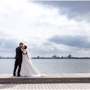 Hochzeitspaar küsst sich, Hochzeitzfotografie