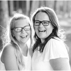 2 Frauen, Tante und Nichte stehen zusammen und lachen herzhaft