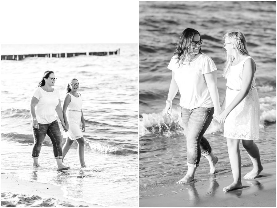 2 Frauen, Tante und Nichte gehen am Strand von Nienhagen, mit den Füssen im Wasser, spazieren, Portraitfotografie, Fotograf Rostock, Mecklenburg Vorpommern