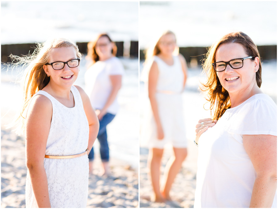 2 Frauen, Tante und Nichte stehen am Strand von Nienhagen, 2 Frauen, Tante und Nichte gehen am Strand von Nienhagen, mit den Füssen im Wasser, spazieren, Portraitfotografie, Fotograf Rostock, Mecklenburg Vorpommern