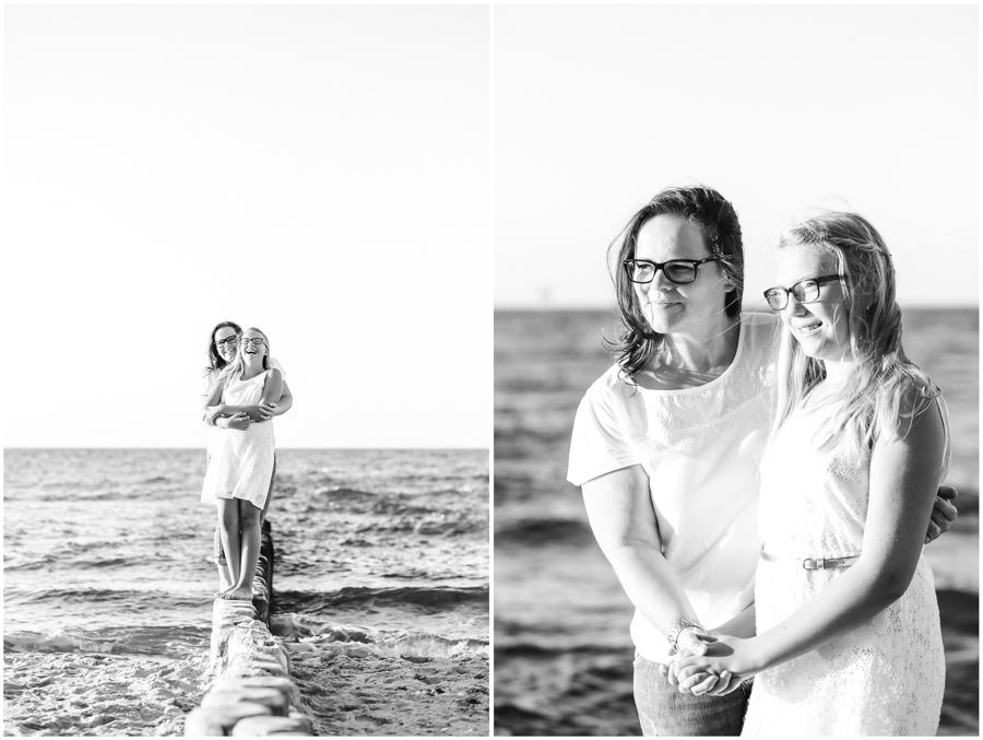 2 Frauen, Tante und Nichte stehen am Strand von Nienhagen und halten sich im Arm, Portraitfotografie, Fotograf Rostock, Mecklenburg Vorpommern