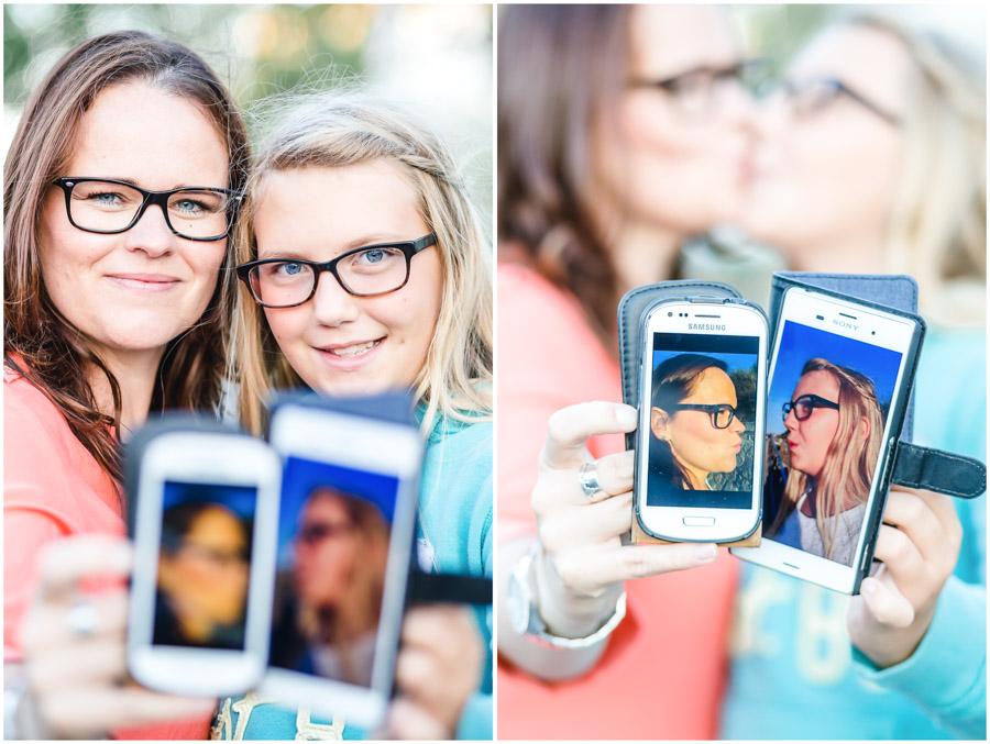 2 Frauen, Tante und Nichte halten je ein Handy in der Hand, mit ihrem eigenen Foto, Portraitfotografie, Fotograf Rostock, Mecklenburg Vorpommern