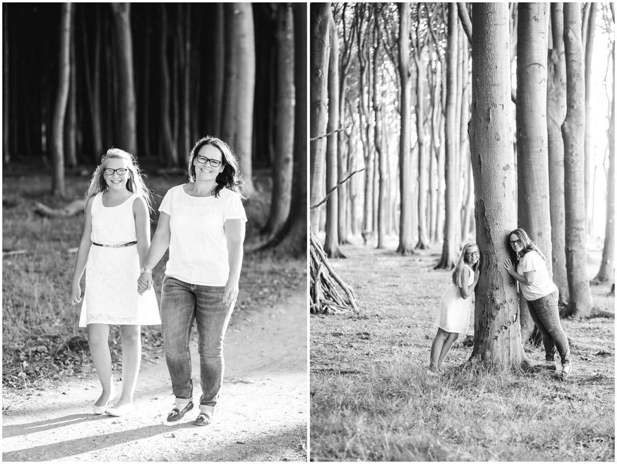 2 Frauen, Tante und Nichte gehen spazieren, lehnen am Baum, Portraitfotografie, Fotograf Rostock, Mecklenburg Vorpommern