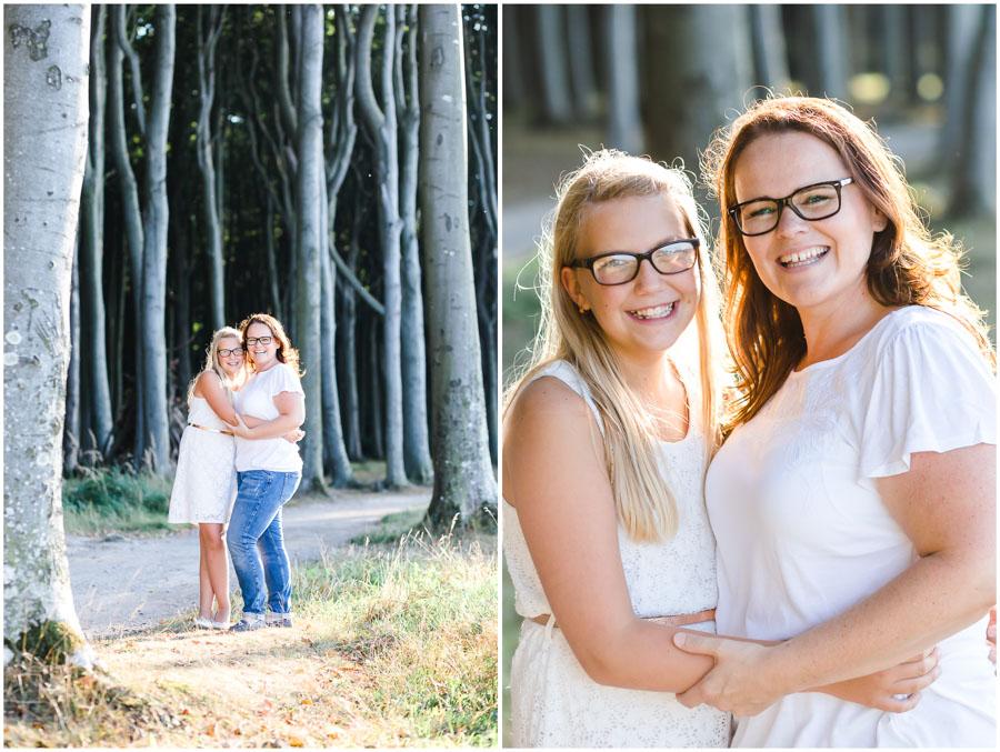2 Frauen, Tante und Nichte stehen zusammen und lachen herzhaft, Portraitfotografie, Fotograf Rostock, Mecklenburg Vorpommern