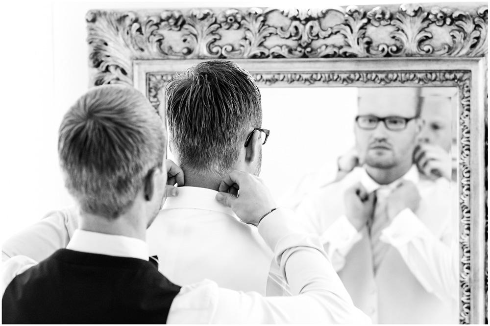 freie Trauung Braeutigam_beim_Ankleiden_Hochzeitsfotograf_Ruegen_Rostock_Richterfotografie_Hochzeitsfotografie auf Rügen