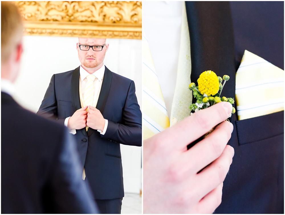freie Trauung Braeutigam_beim_Ankleiden_schaut_in_Spiegel_Hochzeitsfotograf_Ruegen_Rostock_Richterfotografie_Hochzeitsfotografie auf Rügen