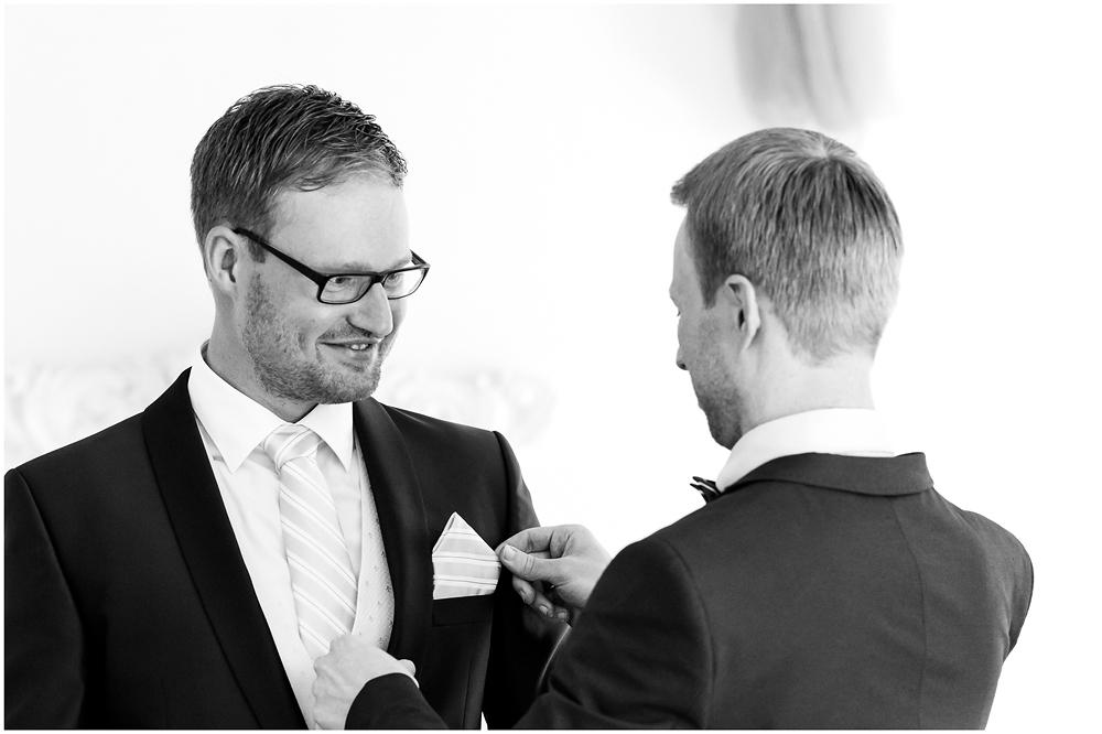 freie Trauung Braeutigam_und_Trauzeuge_Hochzeitsfotograf_Ruegen_Rostock_Richterfotografie_Hochzeitsfotografie auf Rügen