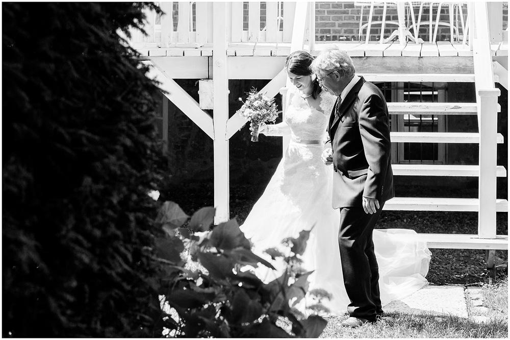 freie Trauung Braut_wird_vom_Vater_zum_Altar_gebracht_Hochzeitsfotograf_Ruegen_Rostock_Richterfotografie_Hochzeitsfotografie auf Rügen