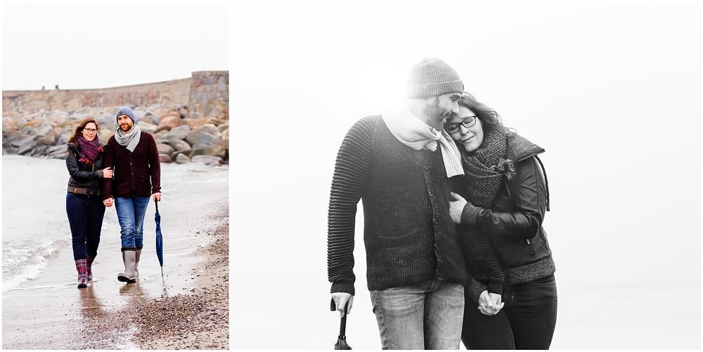 Collage-foto-eins-paar-hand-in-hand-geht-an-ostseekueste-lang-foto-zwei-portraitaufnahme-paar-umarmt-sich-frau-hat-augen-zu-man-laechelt-fotoshooting-am-strand-paerchenbilder-fotograf-warnemuende-fotograf-rostock