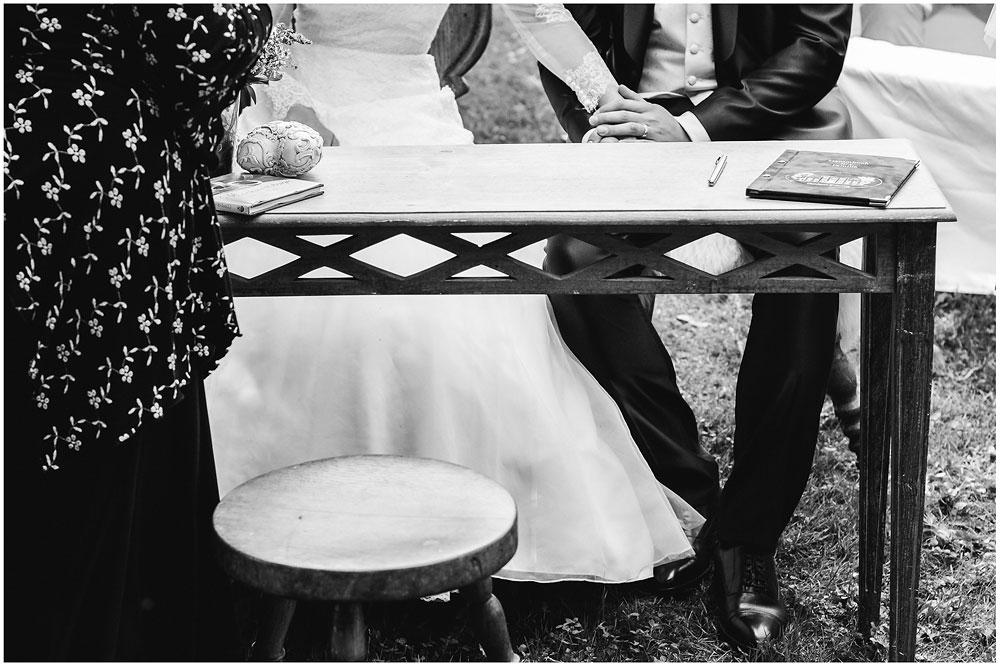 freie Trauung Brautpaar_haelt_sich_die_Haende_Hochzeitsfotograf_Ruegen_Rostock_Richterfotografie_Hochzeitsfotografie auf Rügen