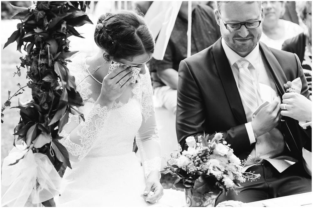 freie Trauung Braut_weint_vor_Freude_Hochzeitsfotograf_Ruegen_Rostock_Richterfotografie_Hochzeitsfotografie auf Rügen