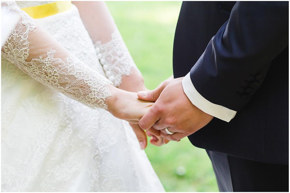 freie Trauung Haende_von_dem_Brautpaar_Hochzeitsfotograf_Ruegen_Rostock_Richterfotografie_Hochzeitsfotografie auf Rügen