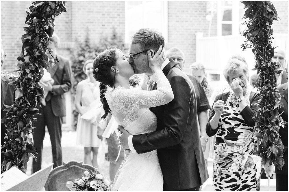 freie Trauung Brautpaar_kuesst_sich_Hochzeitsfotograf_Ruegen_Rostock_Richterfotografie_Hochzeitsfotografie auf Rügen