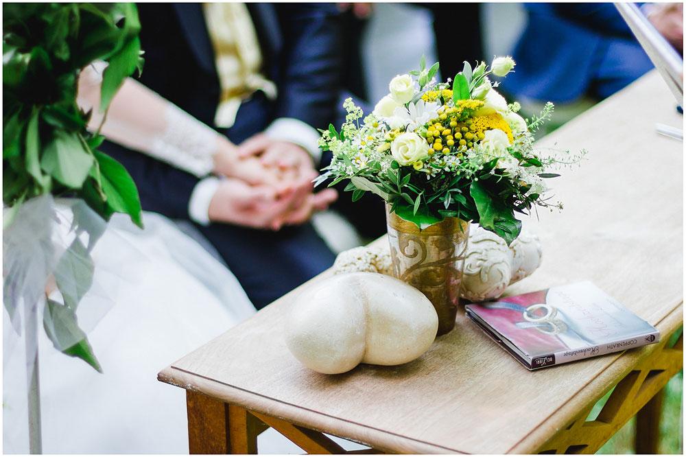 freie Trauung Brautpaar_freudig_nach_der_Trauung_Hochzeitsfotograf_Ruegen_Rostock_Richterfotografie_Hochzeitsfotografie auf Rügen