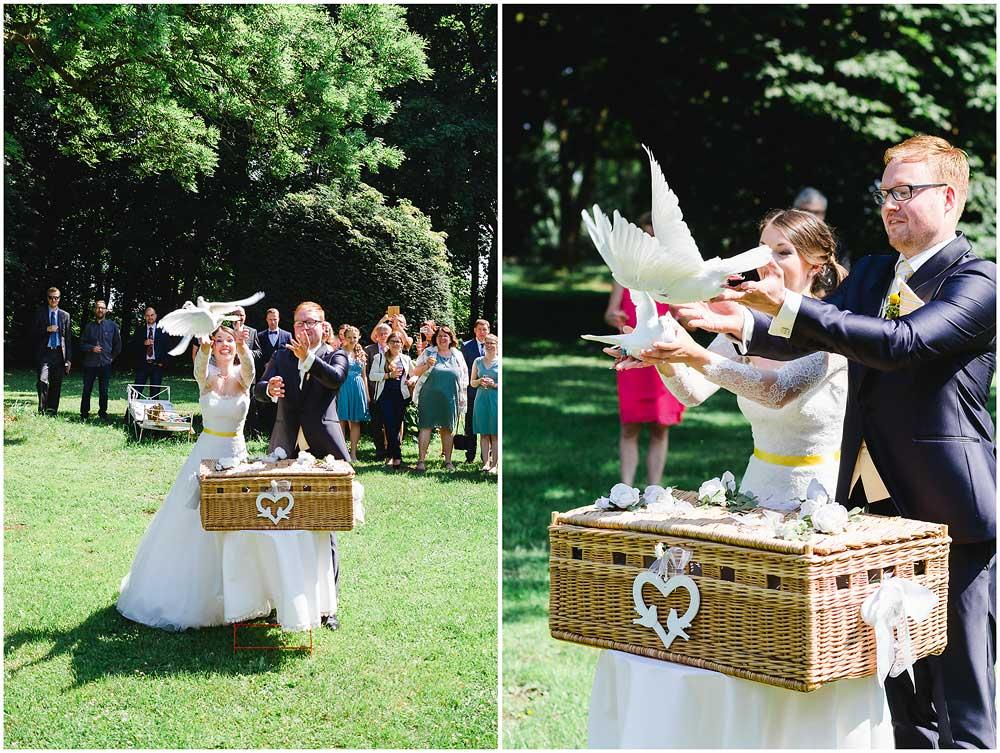 freie Trauung Hochzeitspaar_laesst_Tauben_fliegen_Hochzeitsfotograf_Ruegen_Rostock_Richterfotografie_Hochzeitsfotografie auf Rügen