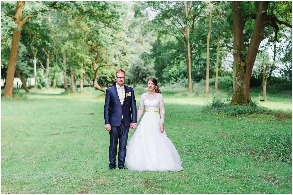 freie Trauung Brautpaar_steht_auf_Wiese_Hochzeitsfotograf_Ruegen_Rostock_Richterfotografie_Hochzeitsfotografie auf Rügen