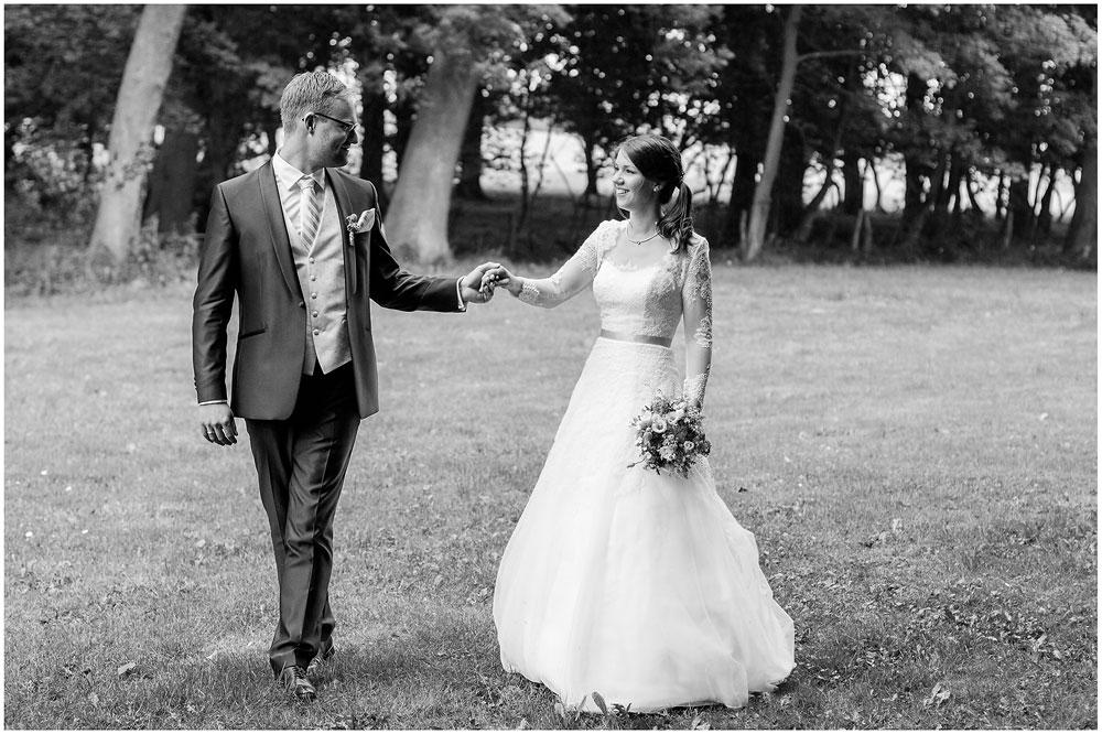 freie Trauung Brautpaar_geht_zusammen_Hochzeitsfotograf_Ruegen_Rostock_Richterfotografie_Hochzeitsfotografie auf Rügen