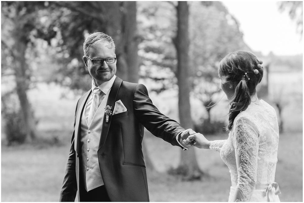 freie Trauung Braeutigam_schaut_Braut_an_Hochzeitsfotograf_Ruegen_Rostock_Richterfotografie_Hochzeitsfotografie auf Rügen
