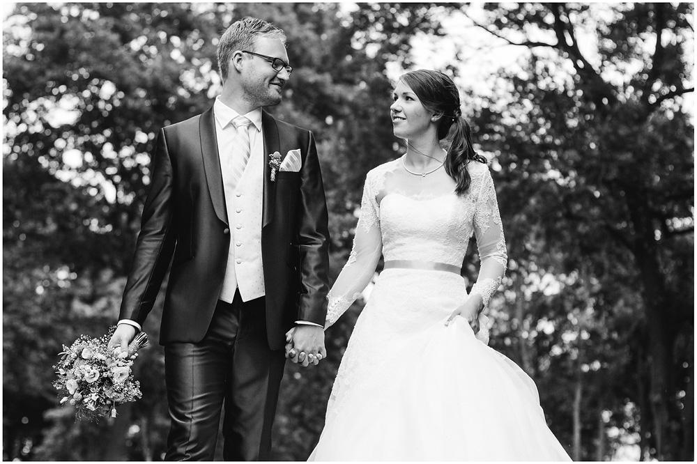 freie Trauung Brautpaar_geht_Hand_in_Hand_Hochzeitsfotograf_Ruegen_Rostock_Richterfotografie_Hochzeitsfotografie auf Rügen