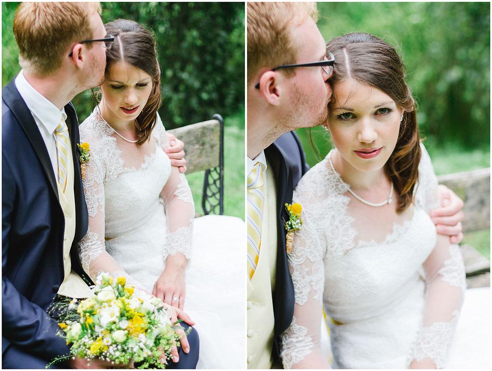 freie Trauung Hochzeitspaar_sitzt_auf_Bank_Hochzeitsfotograf_Ruegen_Rostock_Richterfotografie_Hochzeitsfotografie auf Rügen