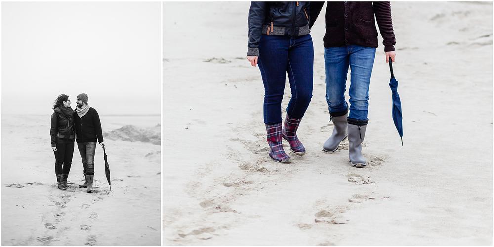 paar-steht-zusammen-am-strand-warnemuende-fotoshooting-am-strand-paerchenbilder-fotograf-warnemuende-fotograf-rostock