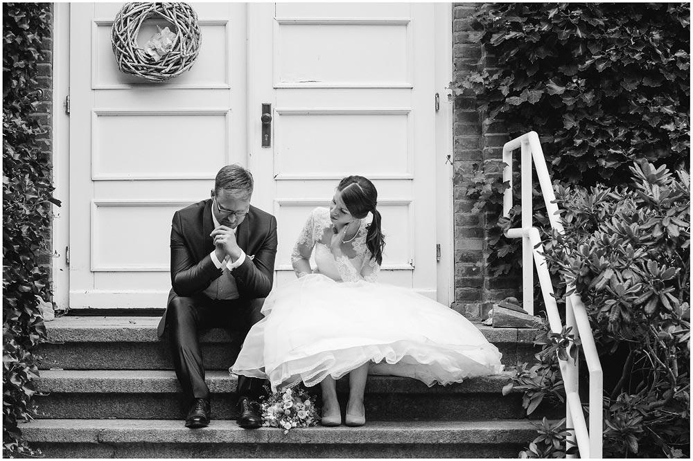 freie Trauung Hochzeitspaar_sitzt_nachdenklich_auf_Treppe_Hochzeitsfotograf_Ruegen_Rostock_Richterfotografie_Hochzeitsfotografie auf Rügen