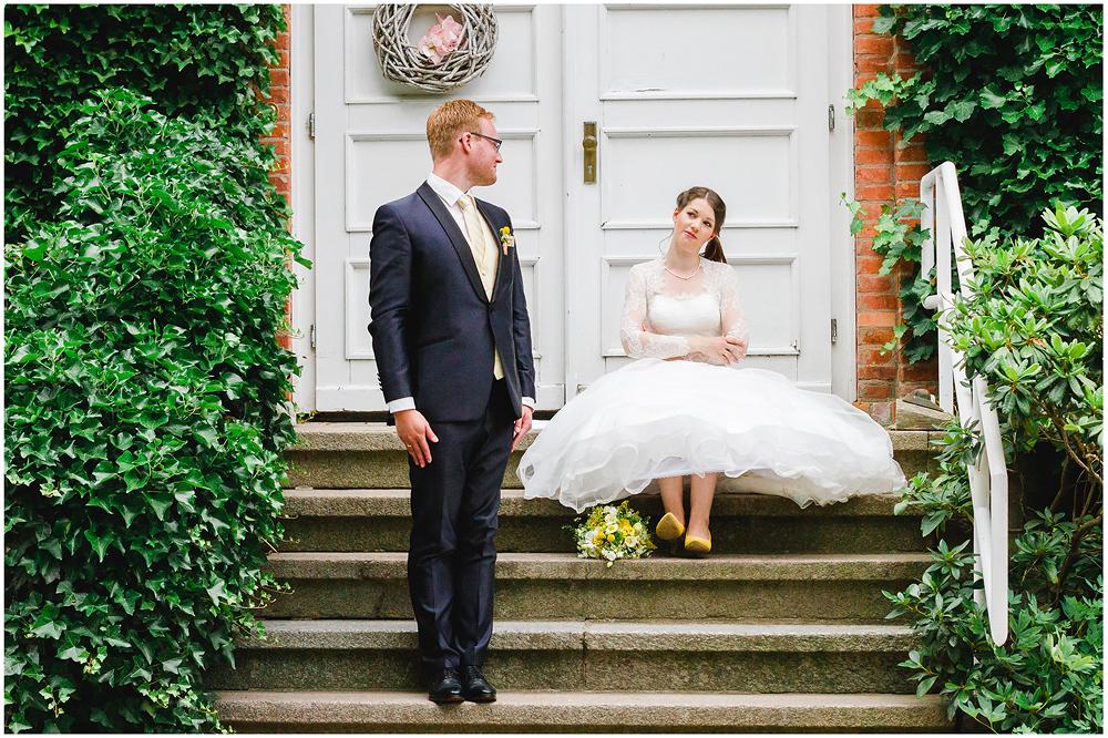 freie Trauung Hochzeitspaar_schaut_sich_an_Hochzeitsfotograf_Ruegen_Rostock_Richterfotografie_Hochzeitsfotografie auf Rügen
