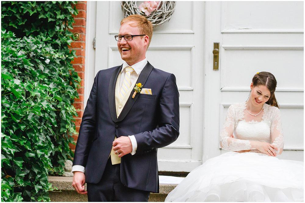 freie Trauung Braut_und_Braeutigam_lachen_Hochzeitsfotograf_Ruegen_Rostock_Richterfotografie_Hochzeitsfotografie auf Rügen