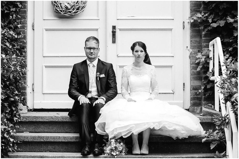freie Trauung Brautpaar_sitzt_steif_auf_Treppe_Hochzeitsfotograf_Ruegen_Rostock_Richterfotografie.