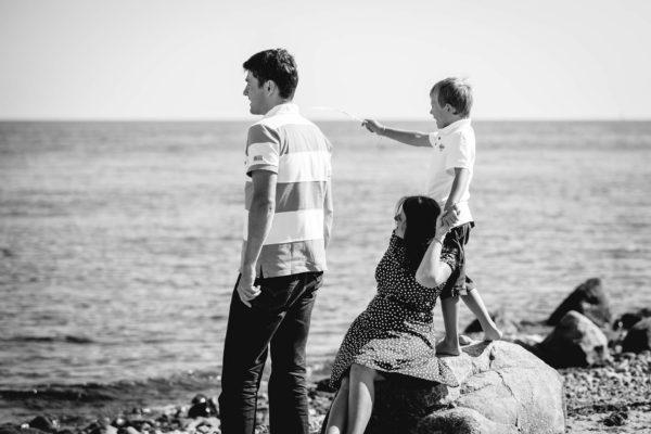 Mama-Papa-und-Sohn-schauen-auf-Ostsee-Shooting-am-Strand-Familienfotografie-Fotograf-Rostock - Familienshooting