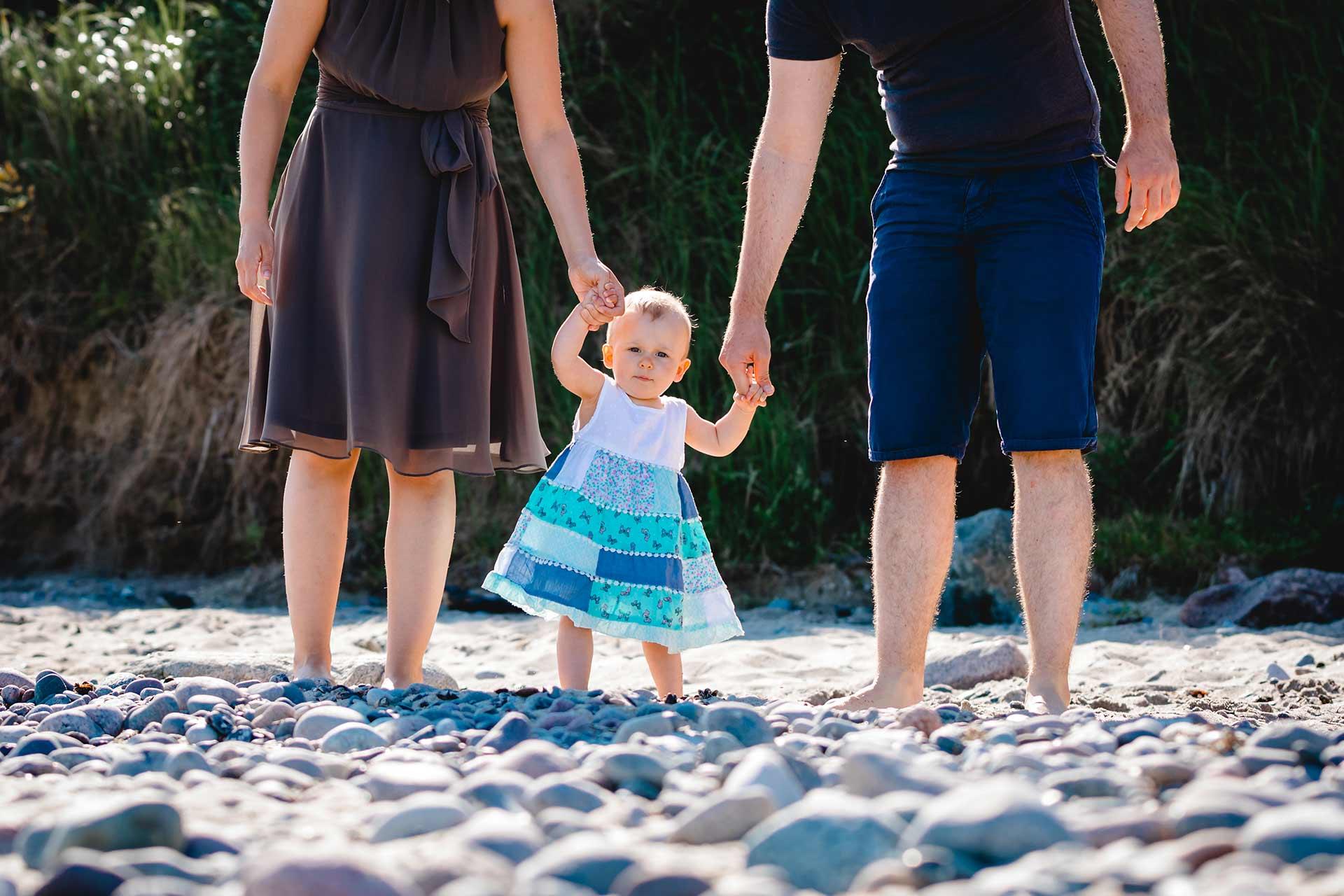 Baby-an-der-Hand-von-Mama-und-Papa-Shooting-am-Strand-Familienfotografie-Fotograf-Rostock - Familienshooting