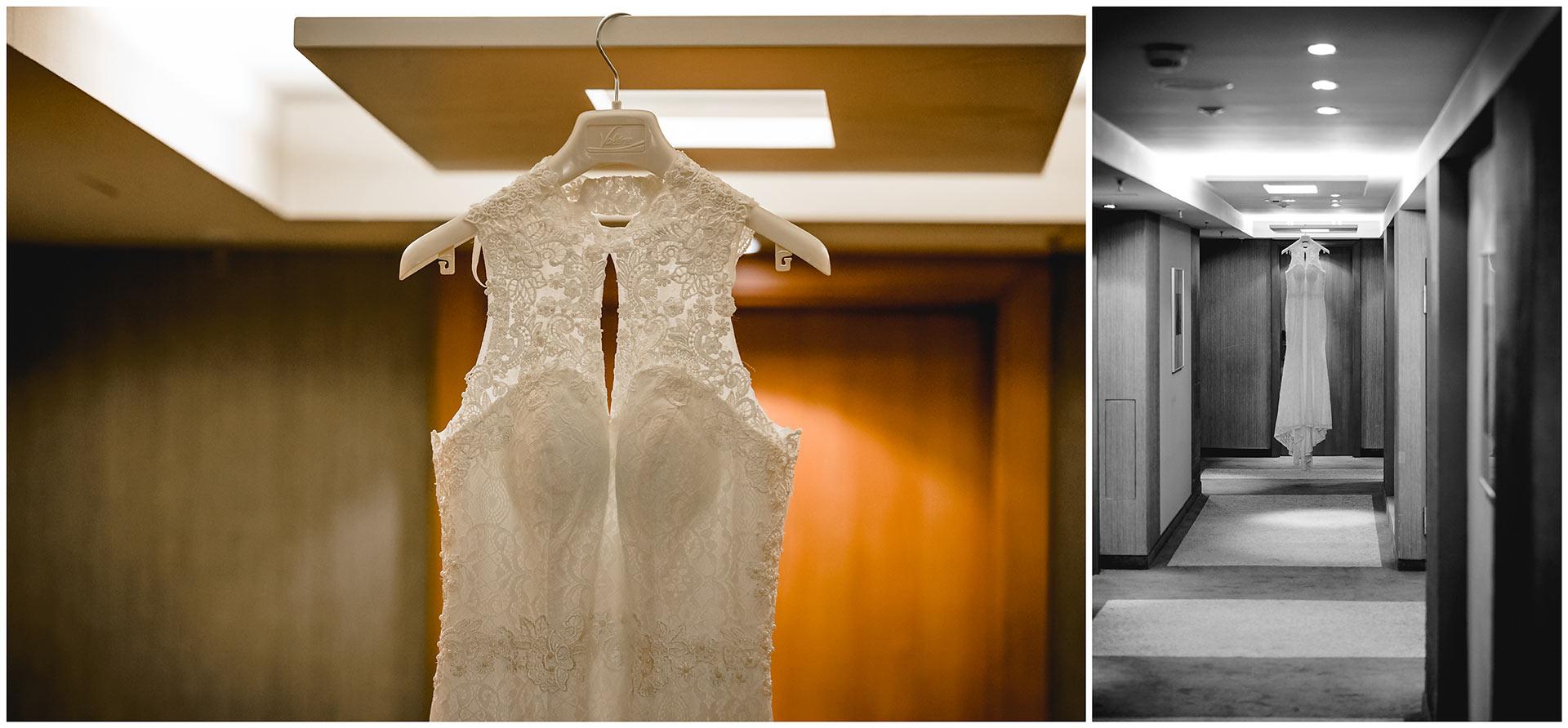 Brautkleid-haengt-auf-Buegel-im-Flur-vom-Hotel-Neptun-Hochzeitsfotograf-Warnemuende-Rostock-Hochzeitsfotograf-Ostseebad-Warnemünde