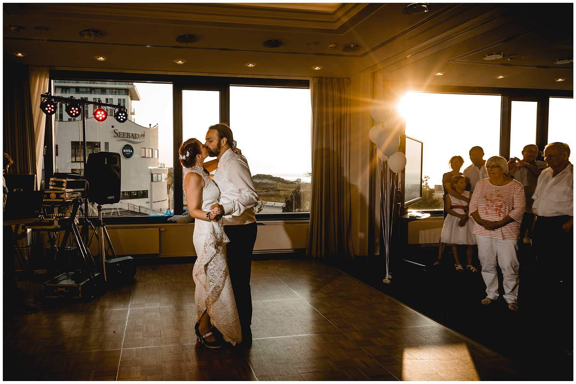 Brautpaar-kuesst-sich-beim-Hochzeitstanz-Hochzeit-im-Hotel-Neptun-Hochzeitsfotograf-Warnemuende-Hochzeitsfotograf-Rostock-Hochzeitsfotograf-Ostseebad-Warnemuende