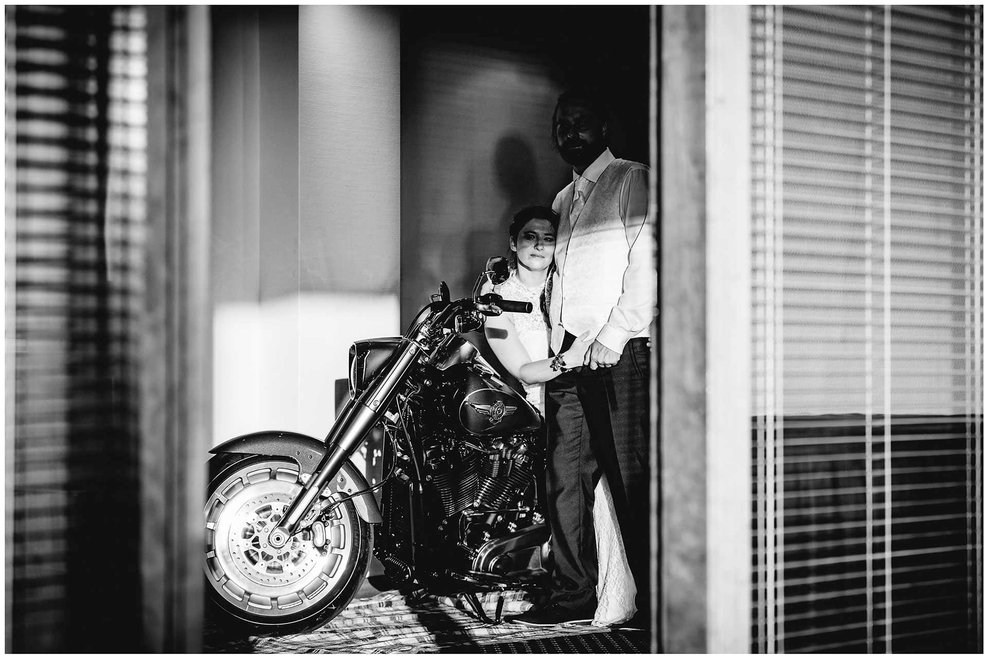Hochzeitspaar-auf-sitzt-einer-Harley-Davidson-Hochzeit-im-Hotel-Neptun-Hochzeitsfotograf-Warnemuende-Hochzeitsfotograf-Rostock-Hochzeitsfotograf-Ostseebad-Warnemuende