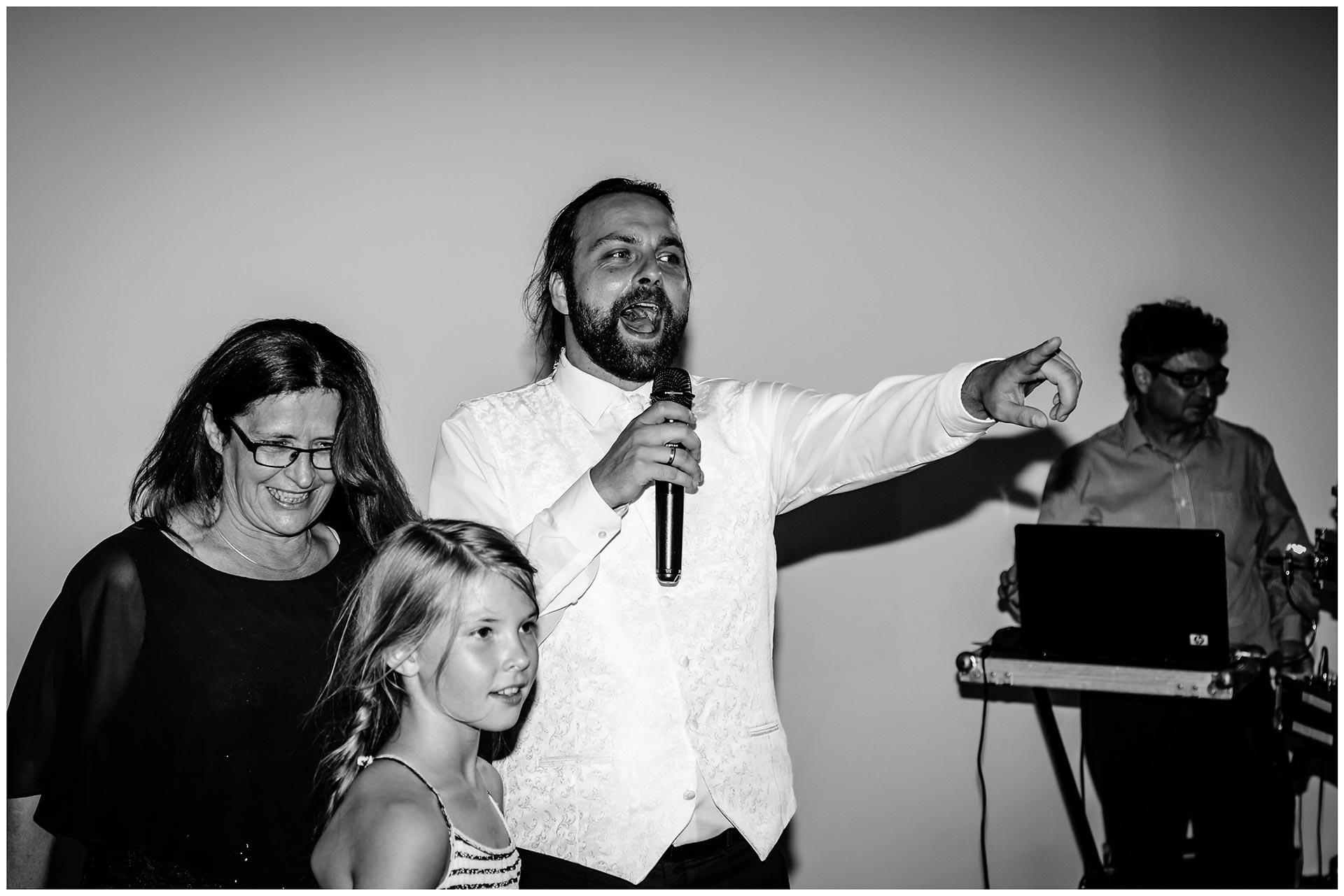 Braeutigam-mit-Mikro-in-der-Hand-Hochzeit-im-Hotel-Neptun-Hochzeitsfotograf-Warnemuende-Hochzeitsfotograf-Rostock-Hochzeitsfotograf-Ostseebad-Warnemuende