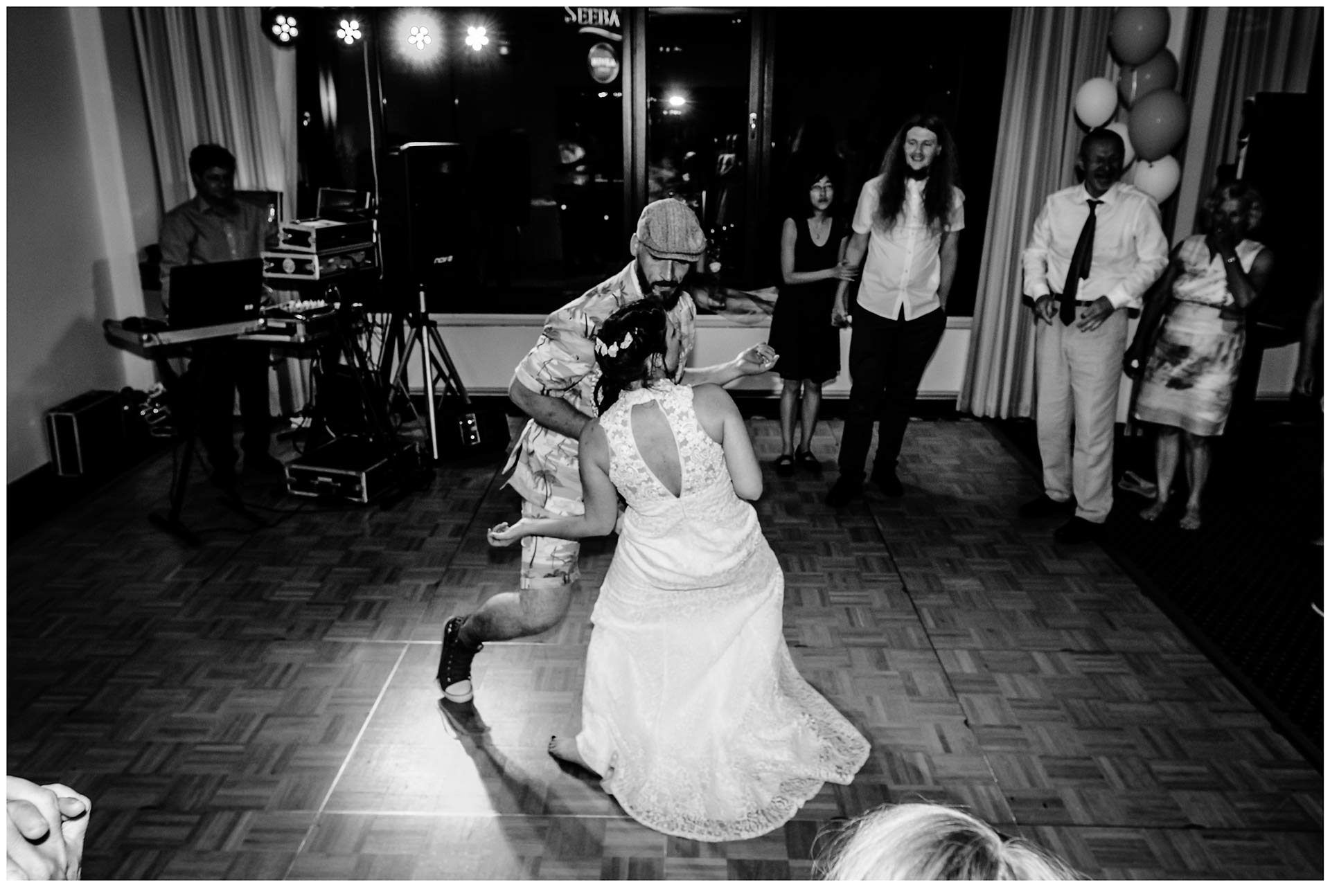 Braut-und-ihr-Bruder-tanzen-zu-Rockmusik-Hochzeit-im-Hotel-Neptun-Hochzeitsfotograf-Warnemuende-Hochzeitsfotograf-Rostock-Hochzeitsfotograf-Ostseebad-Warnemuende