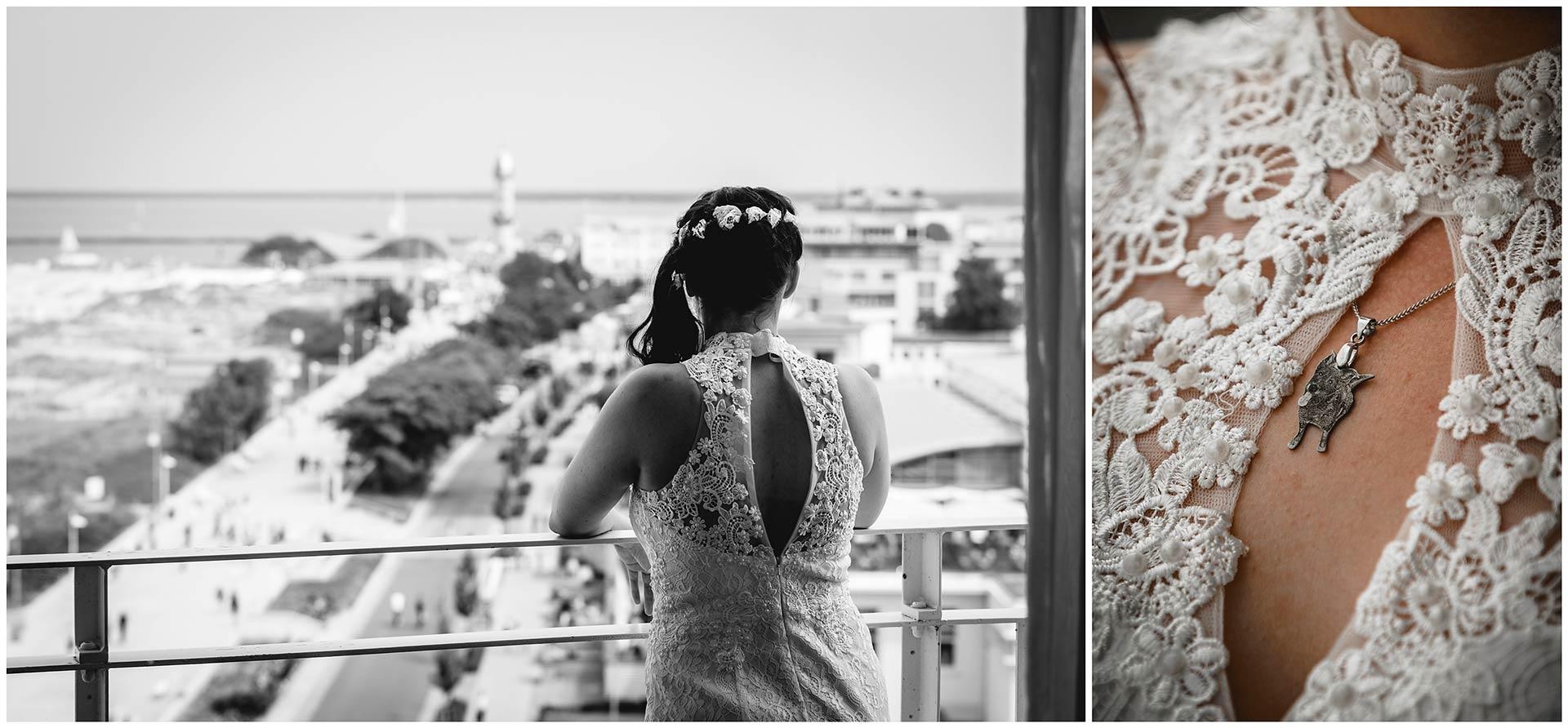 Foto-1-Braut-steht-an-Balkonbrüstung-und-schaut-über-Warnemünde-Warnemünde-im-Hintergrund-Foto-2-Detaiaufnahme-Kettenanhänger-mit-Hund-Hochzeitsfotograf-Warnemuende-Rostock-Hochzeitsfotograf-Ostseebad-Warnemuende