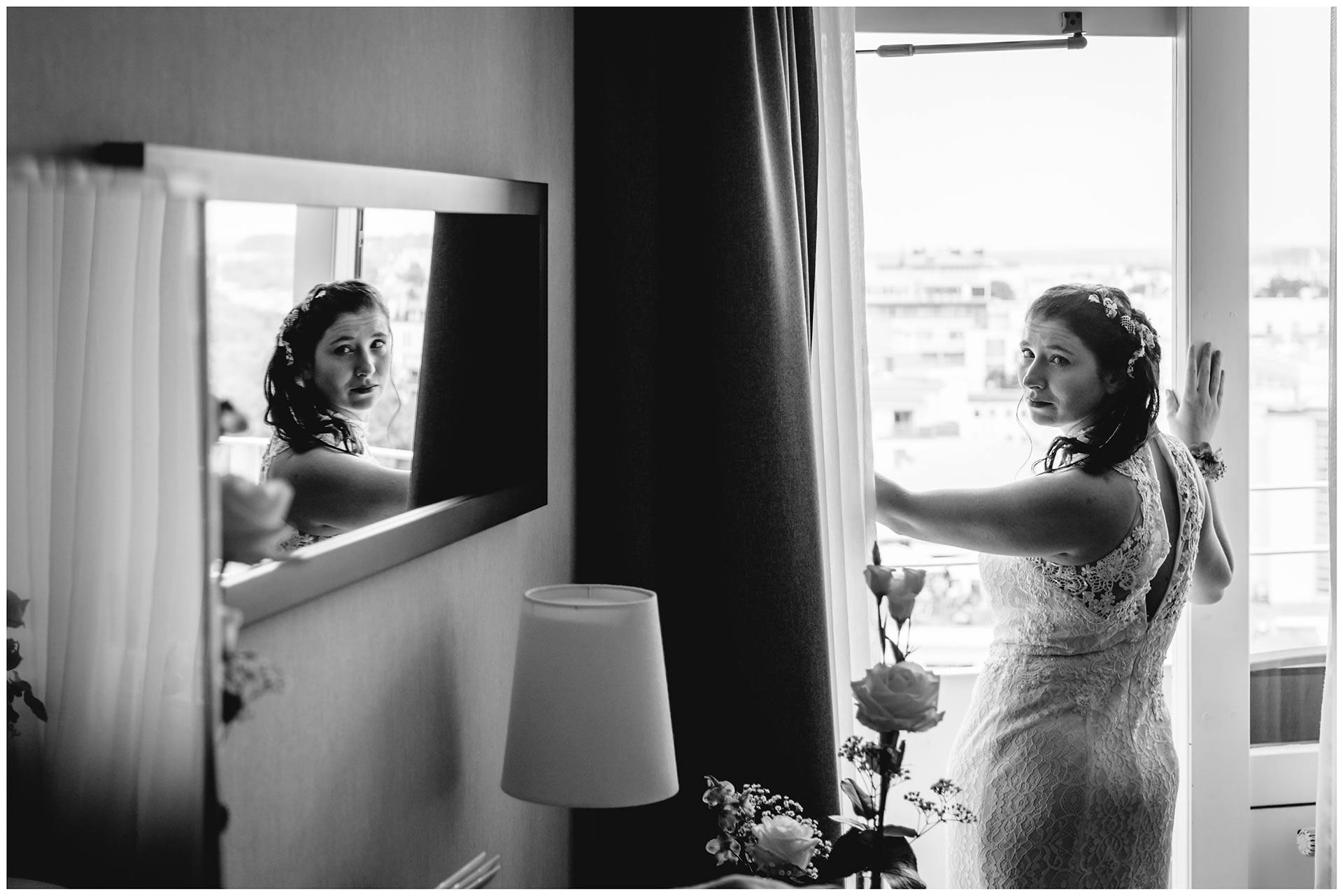 Braut-schaut-über-die-Schulter-Gesicht-der-Braut-im-Spiegel-Hochzeitsfotograf-Warnemuende-Rostock-Hochzeitsfotograf-Ostseebad-Warnemuende