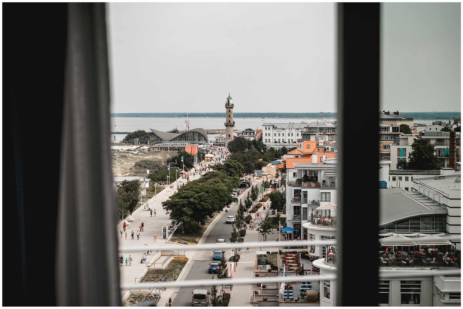 Blick-ueber-Warnemuende-vom-Balkon-des-Hotel-Neptun-Hochzeitsfotograf-Warnemuende-Rostock-Hochzeitsfotograf-Ostseebad-Warnemuende