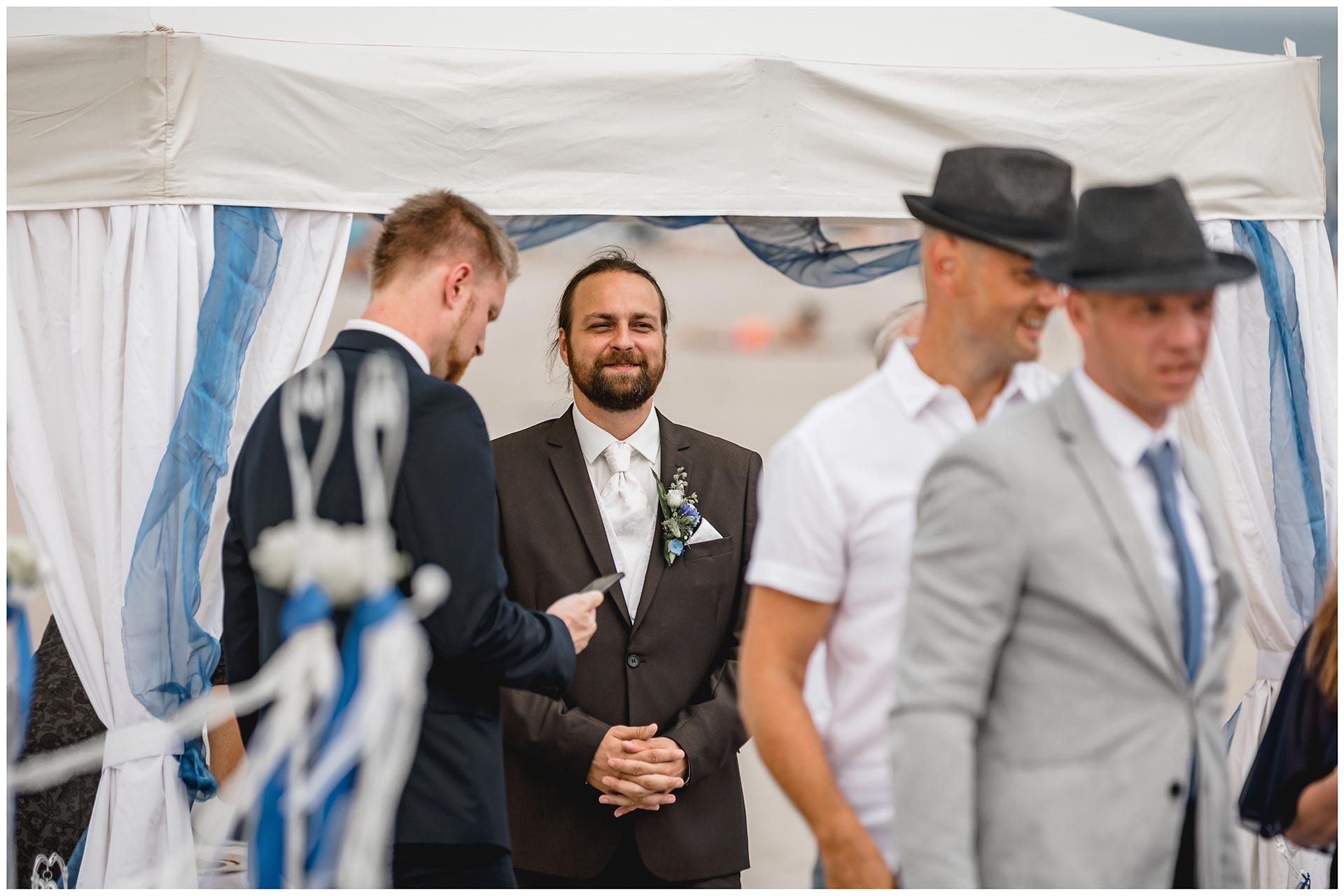 Braeutigam-schaut-laechelnd-seiner-kommenden-Frau-entgegen-Hochzeitsfotograf-Warnemuende-Hochzeitsfotograf-Rostock-Hochzeitsfotograf-Ostseebad-Warnemuende