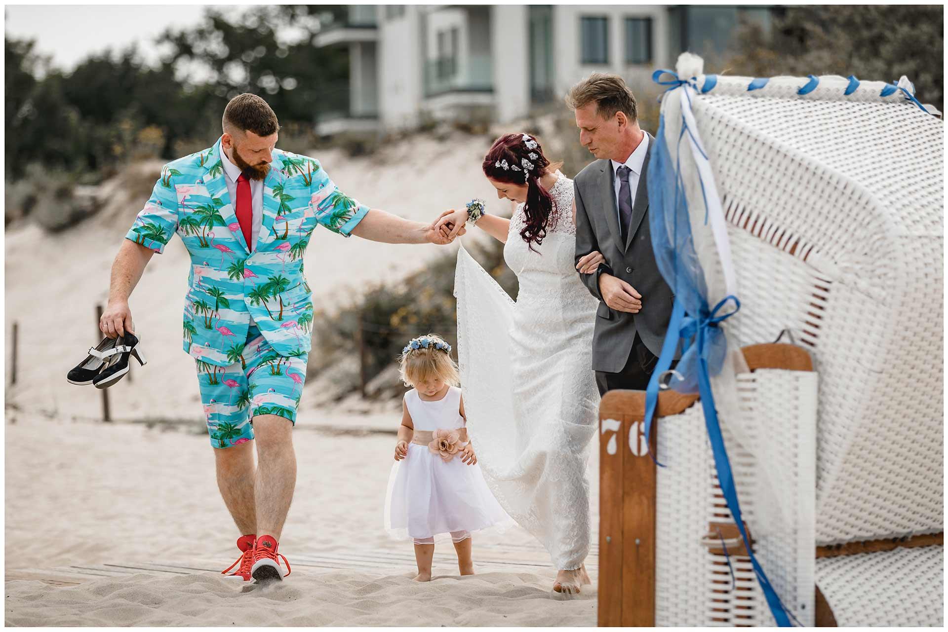 Bruder-und-Brautvater-bringen-die-Braut-zur-Freien-Trauung-an-den-Warnemuender-Strand-Hochzeitsfotograf-Warnemuende-Hochzeitsfotograf-Rostock-Hochzeitsfotograf-Ostseebad-Warnemuende