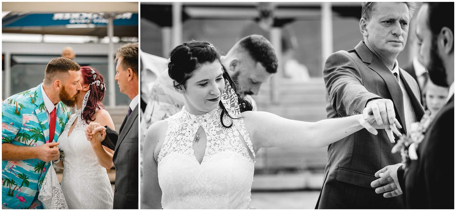Foto-1_Bruder-gibt-der-Braut-einen-Kuss-auf-die-Wange_Foto-2_Brautvater-uebergibt-seine-Tochter-an-den-Braeutigam-Hochzeit-am-Strand-Hochzeitsfotograf-Warnemuende-Hochzeitsfotograf-Rostock-Hochzeitsfotograf-Ostseebad-Warnemuende