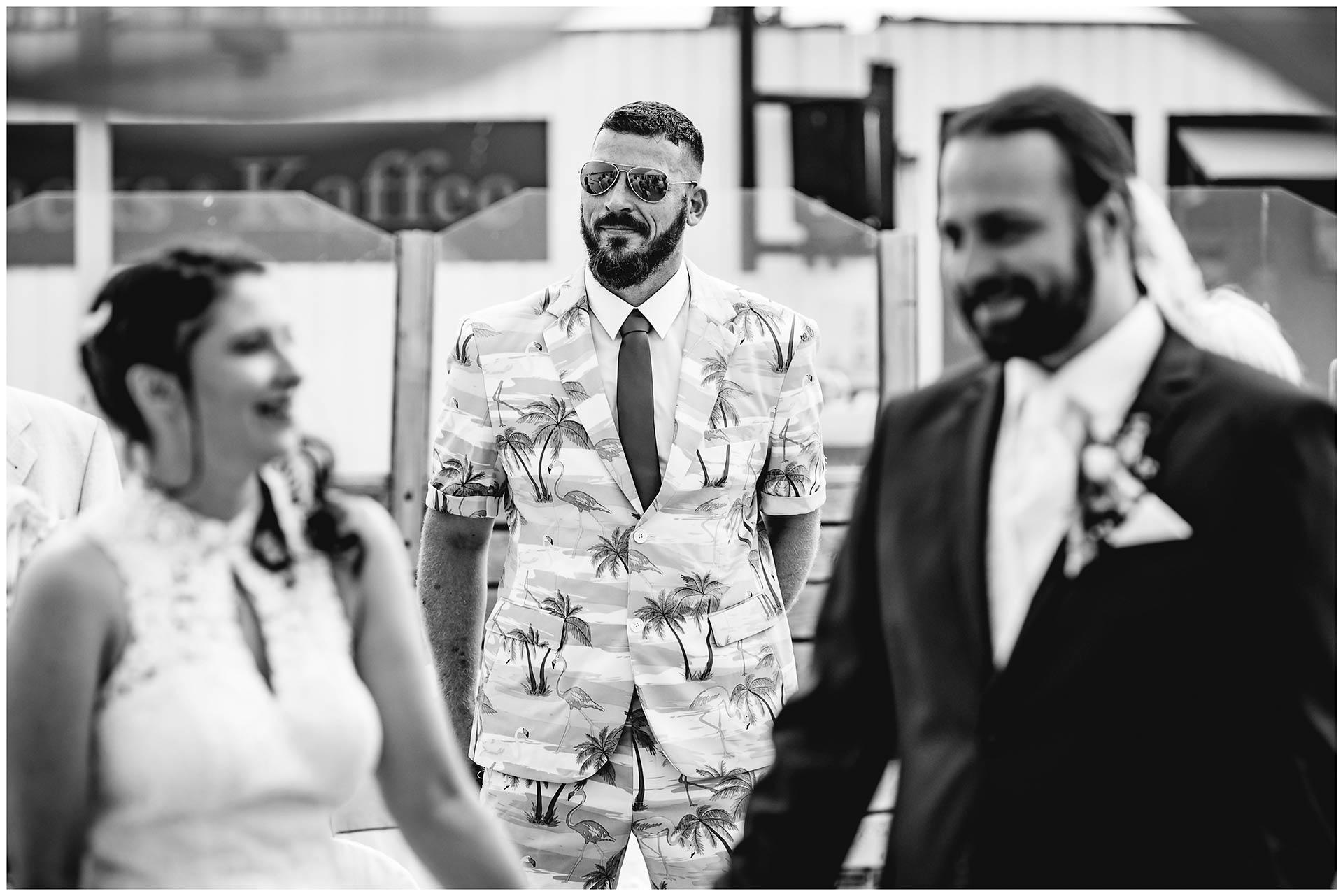 Bruder-der-Braut-steht-hinter-dem-Brautpaar-Hochzeit-am-Strand-Hochzeitsfotograf-Warnemuende-Hochzeitsfotograf-Rostock-Hochzeitsfotograf-Ostseebad-Warnemuende