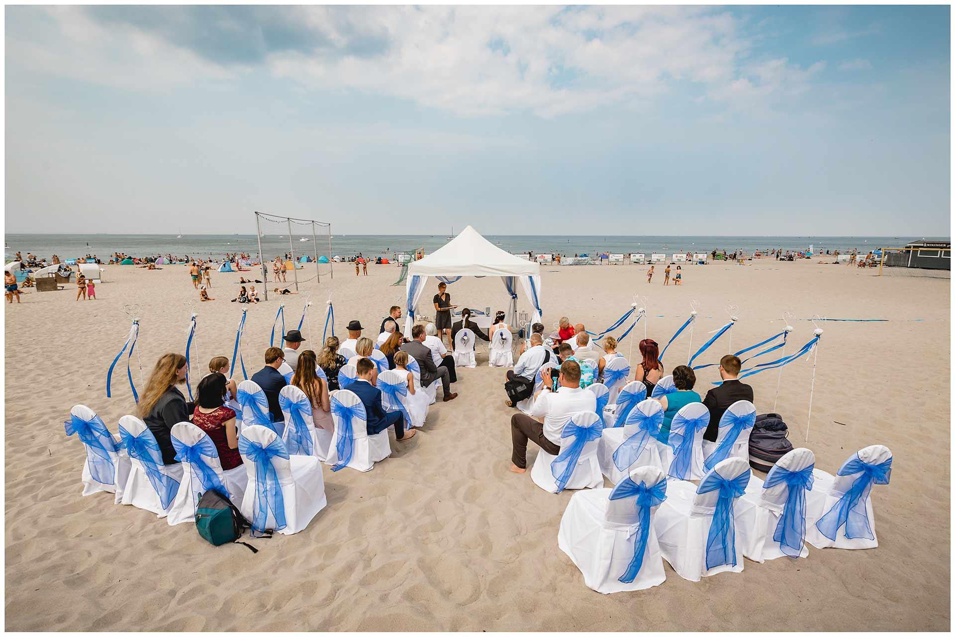 Panorama-der-gesamten-Hochzeits-Location-am-Strand-von-Warnemuende_im-Hintergrund-Strand_Ostsee_Himmel-und-Wolken-Hochzeit-am-Strand-Hochzeitsfotograf-Warnemuende-Hochzeitsfotograf-Rostock-Hochzeitsfotograf-Ostseebad-Warnemuende